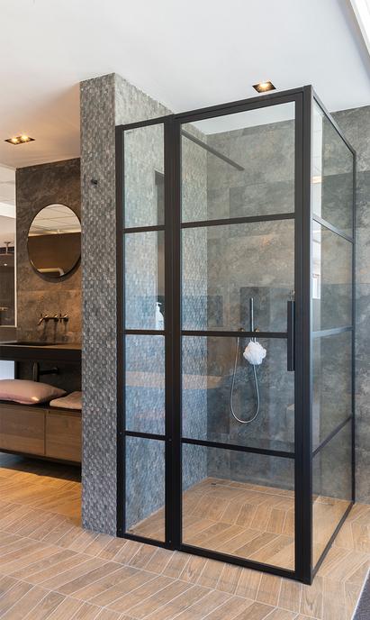 De Wilde Tegels en Sanitair showroom badkameropstelling douchecabine