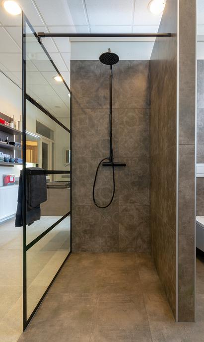 Sanitair- en Tegelhuis Steenbergen showroom douche-opstelling
