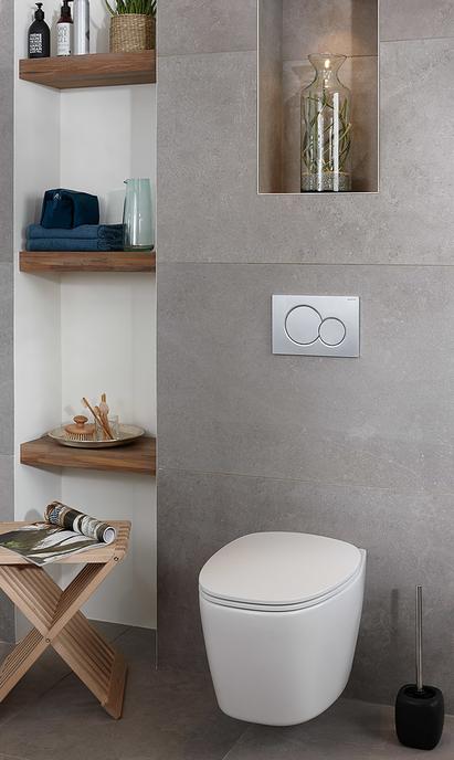 Natuurlijke badkamer met wandcloset en nis in muur