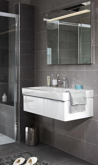 Comfort badkamer met compact wandmeubel en brede wasbak