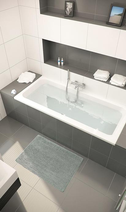 Moderne badkamer met ingebouwd bad en nisjes