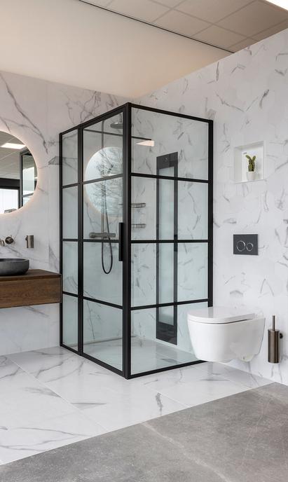 Van Veen Tegels & Sanitair showroom badkameropstelling douchecabine toilet