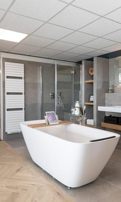 Van Veen Tegels & Sanitair showroom badkameropstelling vrijstaand bad