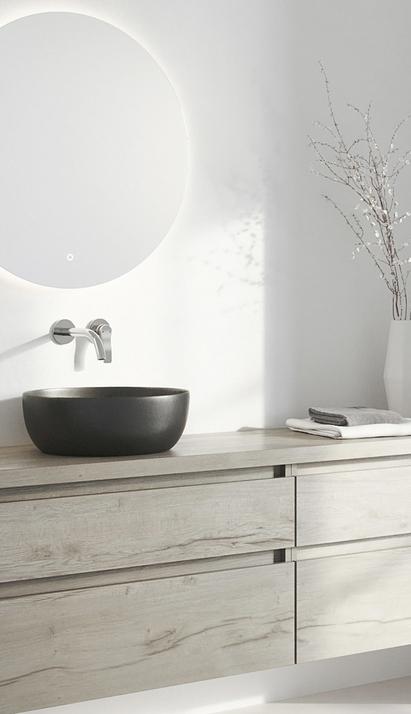 Opbouwkom zwart op houten badkamermeubel met inbouwkraan