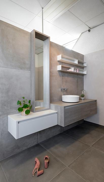 Van der Meulen Badkamers showroom badkameropstelling wastafelmeubel staande spiegel