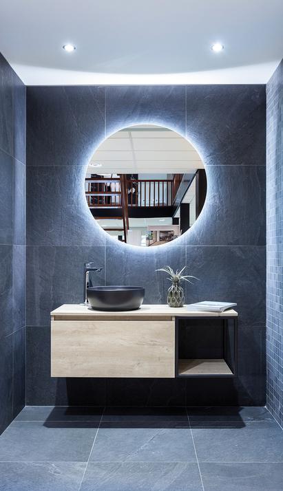 Verwijst Uden showroom badkameropstelling ligbad houten badplank detail