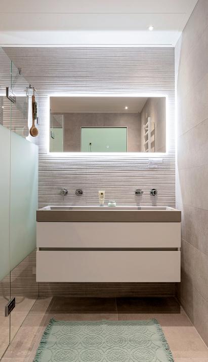 Tegels & Sanitair Hoogeveen showroom badkameropstelling wastafelmeubel spiegelpaneel douche