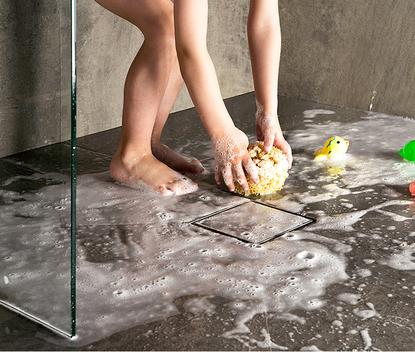 Kleine badkamer - Betegelde douchegoot van Easy Drain