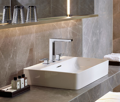 Luxe badkamer - rechthoekige waskom met hoekige kraan
