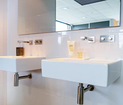 Badkamerstudio Roggeveen showroom wastafels met spiegelpaneel