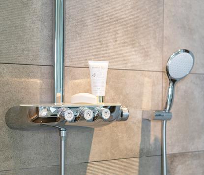 Astra Badkamers & Tegels showroom doucheset detail