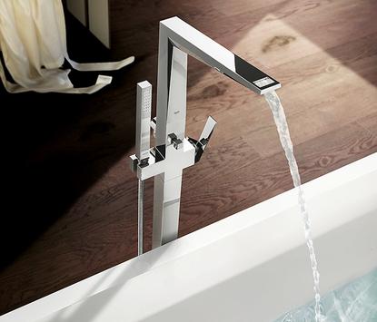 Moderne badkamer met vrijstaande hoekige badkraan