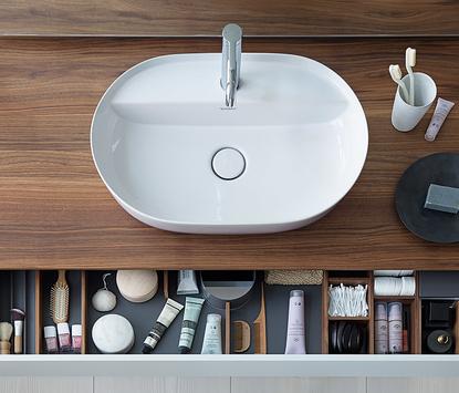 Moderne badkamer - ovalen opzetkom op houten blad