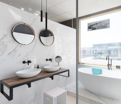Welbie Badkamers showroom badkameropstelling marmer wastafel opzetkommen ligbad