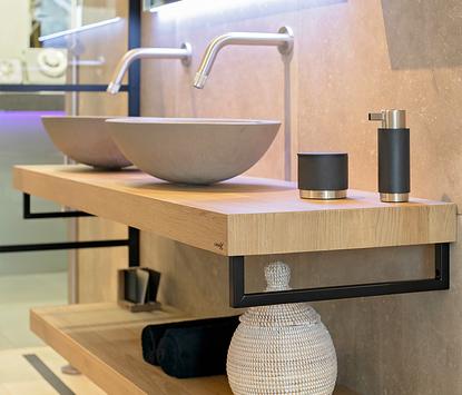 Welbie Badkamers showroom badkameropstelling wastafelmeubel hout opzetkommen detail