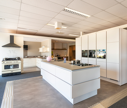 Kornelius Badkamers & Keukens showroom keukenopstelling