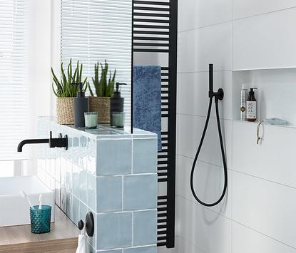 Badkamers - Trendy badkamer met zwarte kraan, douche en radiator