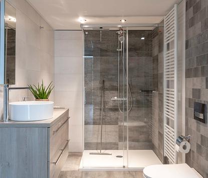 Van Veen Tegels & Sanitair showroom badkameropstelling inloopdouche wastafelmeubel