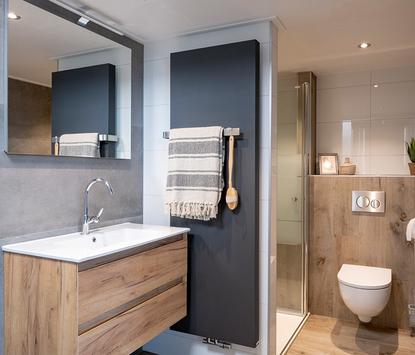 Van Veen Tegels & Sanitair showroom badkameropstelling douche toilet wastafelmeubel spiegelpaneel designradiator