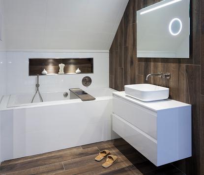 Verwijst Uden showroom badkameropstelling douceh ligbad wastafelmeubel led-spiegelpaneel