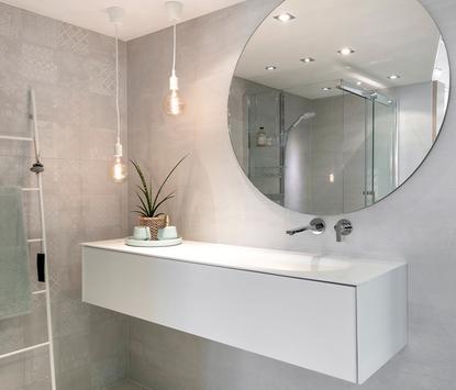 Van der Meulen Badkamers showroom badkameropstelling wastafelmeubel rond spiegelpaneel