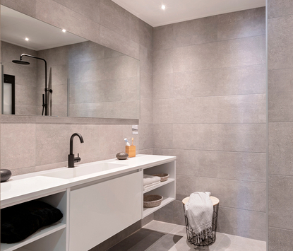 Tegels & Sanitair Hoogeveen showroom badkameropstelling wastafelmeubel spiegelpaneel