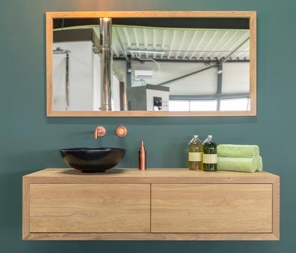 Verwarming & Sanitair Shop showroom badkameropstelling wastafelmeubel spiegel hout