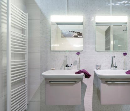 Verwarming & Sanitair Shop showroom badkameropstelling dubbele wastafels met spiegelpaneel