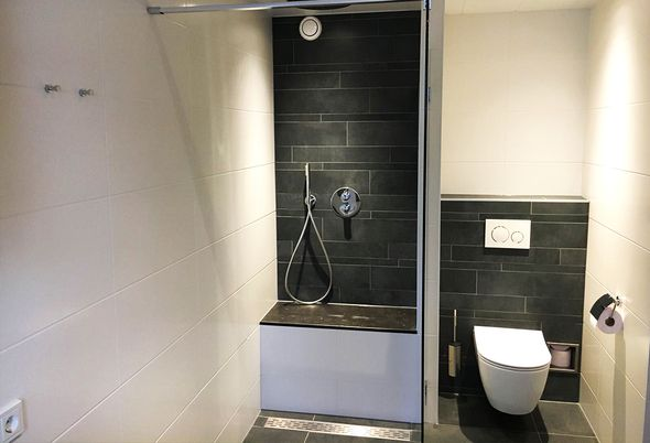Comfortabele badkamer in Nieuwegein - Slimme inloopdouche en praktisch badkamermeubel