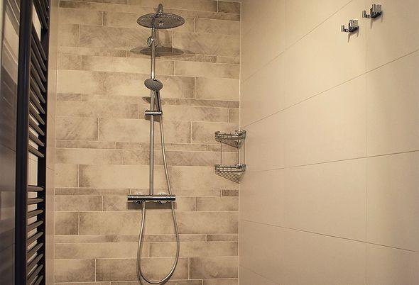 Veelzijdige badkamer in Aalsmeer - Unieke warmte en douchecombinatie