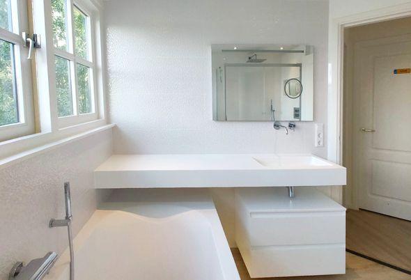 Kleine badkamer in Breukelen luxe ingericht - Ruim wastafelblad met luxe uitstraling