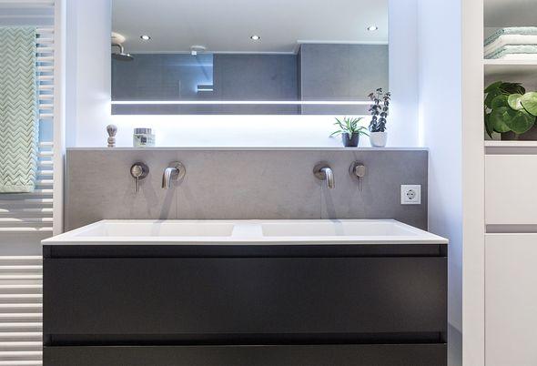 Binnenkijken in een luxe kleine badkamer - bijzonder badkamermeubel en royaal douchen