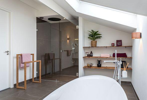 Binnenkijken bij een luxe badkamer in Amersfoort (Landelijk en Aangenaam) - Vrijstaand bad als eyecatcher
