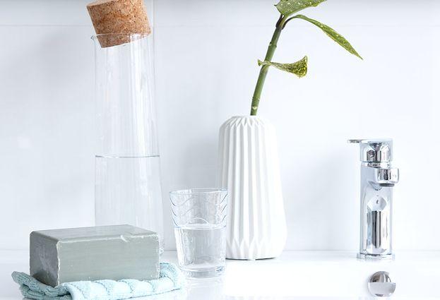 Natuurlijke badkamer met accessoires van natuurlijke materialen