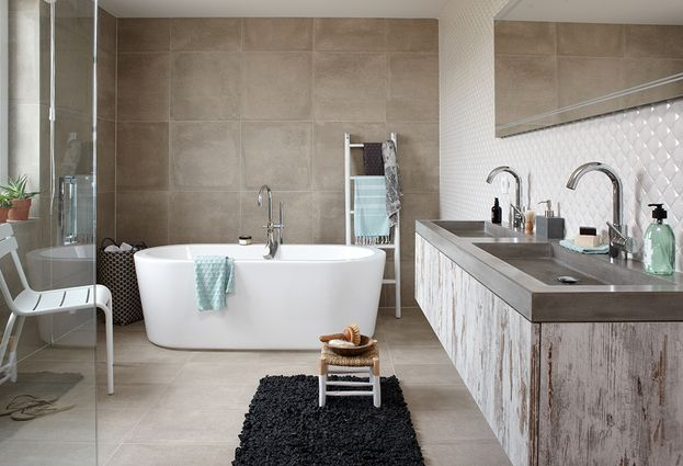 Badkamer betonlook met dubbele wastafel en vrijstaand ligbad