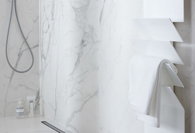 Luxe badkamer marmer met design radiator