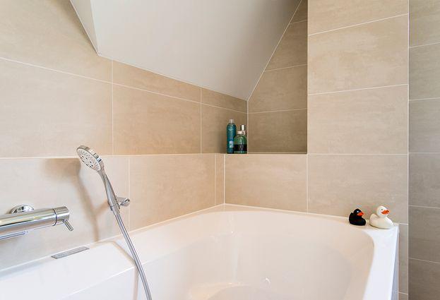 Binnenkijken bij familie Crielaard - 2. Badkamer met schuine wanden