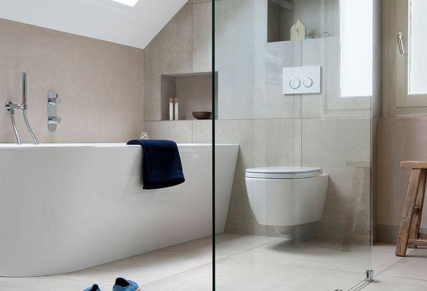 Kleine badkamer met bad en inloopdouche uit de Badenplus collectie