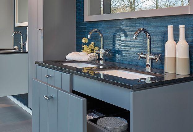 Badkamer Meubel Landelijk : Stoere en oude werkbank gebruikt als badkamermeubel geniaal mooi
