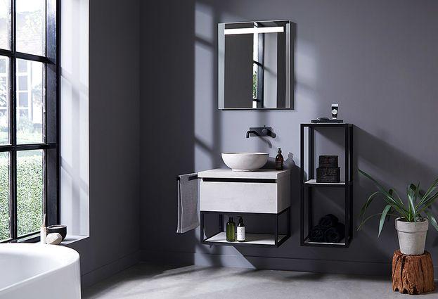 Wastafel in kleine kamer met stalen frame