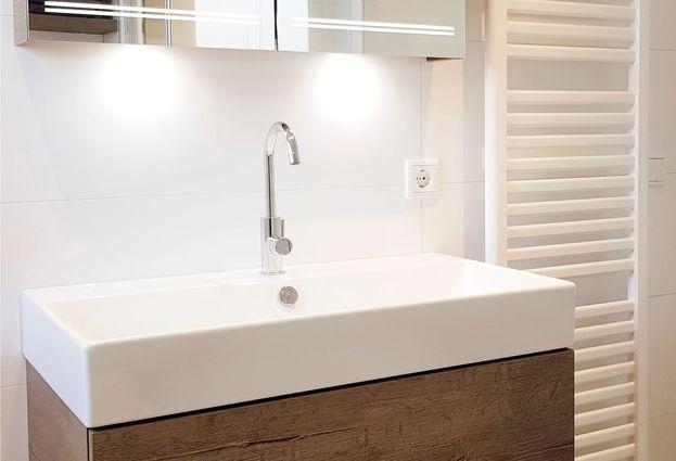 Tijdloze badkamer met bad en douche in Uithoorn - samenvatting