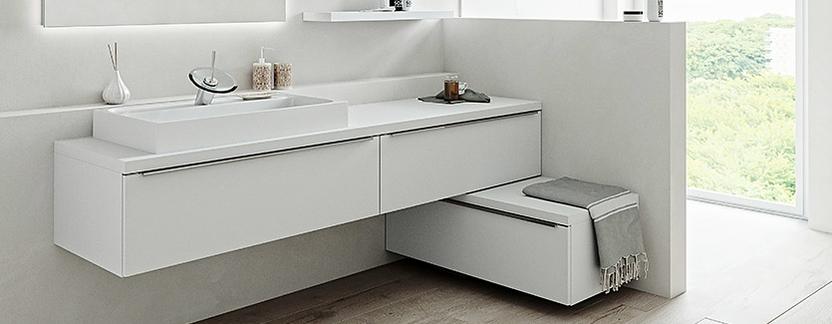 Luxe badkamer met op maat gemaakt zitje in kast