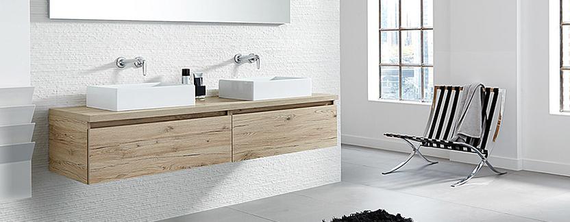 Moderne badkamer - houtlook wasmeubel met rechthoekige opzetkommen