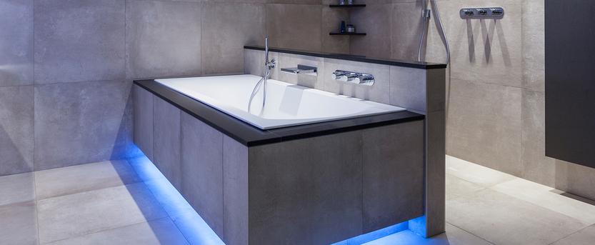 Verwijst Uden showroom badkameropstelling wastafelmeubel hout natuurstenen wasbak