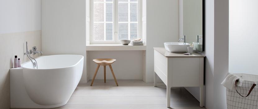 scandinavische badkamer met hoog raam