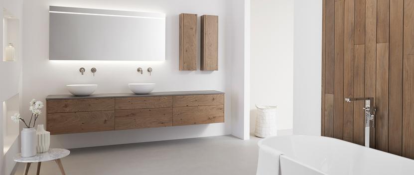 Natuurlijke badkamer met breed meubel van hout